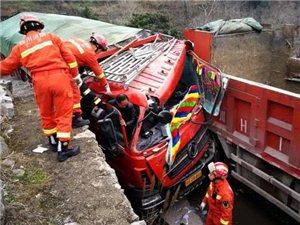 突发!广元旺苍两货车相撞一人被困,消防紧急营救