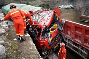 突发!广元星际注册两货车相撞一人被困,消防紧急营救