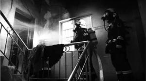 大发快3一民宅起火,消防官兵紧急救援被困女子!