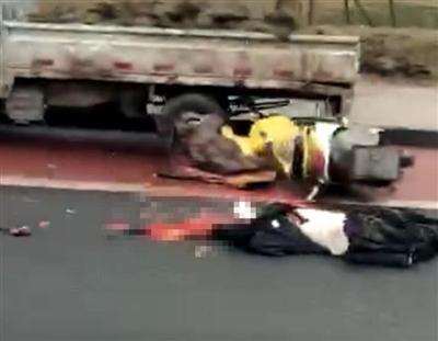 宜宾临港一两轮司机惨死路边,头被当场压爆,现场惨不忍睹!