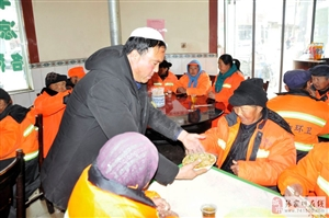 张家川创业青年马孝忠宴请环卫工人免费吃炒面有人说是做秀?