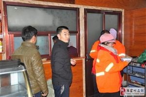 寒冬中回味斋餐厅请环卫工人免费品尝牛肉烩菜感动了许多人