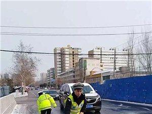 雪后暖意浓|威尼斯人注册交警全员上道路撒盐除冰保安全