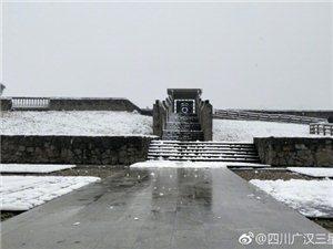 三星堆博物�^:我堆下雪了,大立人和�z址公�@的考古工作者�Q上了冬�b