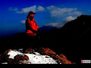 蓝天人在冰雪里寻找浪漫的一把火