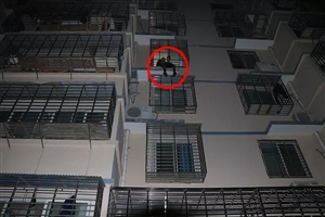 门一男子坐在4层楼高的空调外机上欲轻生,真相让人心疼