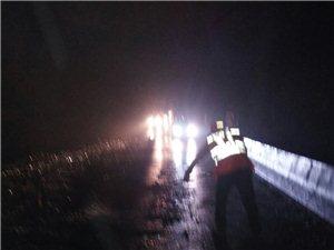 碎玻璃堵塞国道,遂川公路分局夜半紧急抢险保通