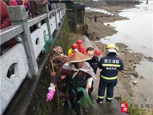 �R金八旬老人被困河中 多方合力救援