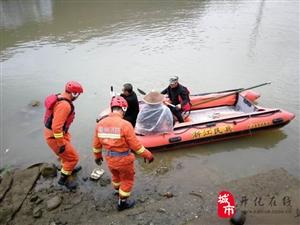 马金八旬老人被困河中 多方合力救援