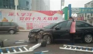 惊险!漯河太行山桥护栏被撞的稀烂,路过出租车躲闪不及....