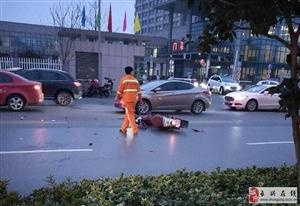 中医院门口俩女学生被撞!满地碎渣