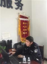 汉中民警办公室里挂吊瓶上班