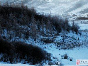 晚霞白雪映罩下的白石咀牧场云海翻滚真是人间仙境