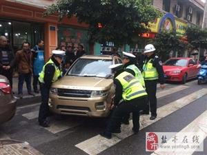 交警大队直属中队加大非机动车乱停放整治势态优化城区道路秩序