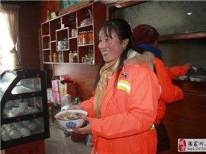 大雪纷飞,张家川回味斋请环卫工人免费吃牛肉烩菜这情景太暖心