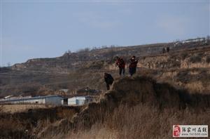 一个舞枪弄棒的,几个端着长枪短炮的人在县城的北山上在搞什么事情?