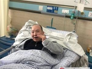 他躺在病床上�e起左手向民警致敬!