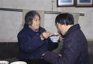 """萍乡有个""""好妈妈"""":四十年照顾智障女儿,一辈子母爱感人至深"""