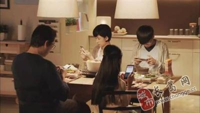 【健康普及】吃饭时玩手机伤肠胃!消化科医生送你7个建议