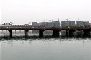 站在金雁大桥看奥园玖珑湾,塔吊林立、楼房围堆堆,有图有真相哈