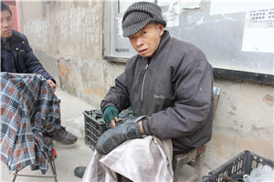 """【走近】第八期:老而弥坚的""""守""""艺人,他说活一天就是赚一天。"""