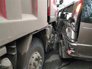 【突发】岳池花板乡货车撞向小车