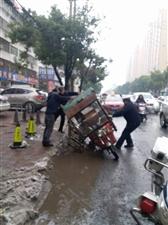 正能量:潢川内环路一大爷骑三轮车侧翻在路边,执勤交警帮忙扶起