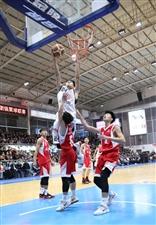 """大年三十看好戏:中国两个""""第一村""""农民上演篮球赛"""