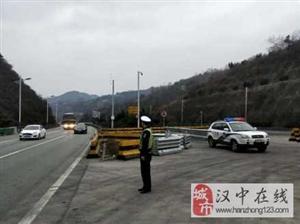 西汉高速汉中段,双向车流量较大,通行正常