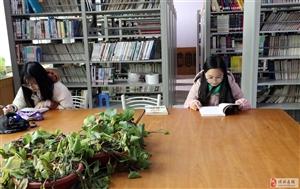 """图书馆里""""品""""书香"""