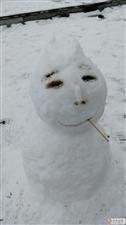这个雪天,发现一只画着烟熏妆的雪人儿~