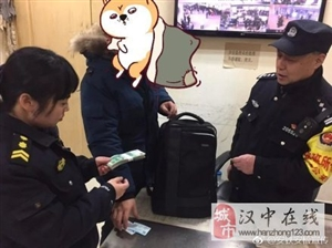 威尼斯人网上娱乐平台安检员拾黑色双肩包一个,内有现金5325元