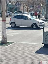 这个车怎么了 ,传说中的无人驾驶吗?哈哈哈哈
