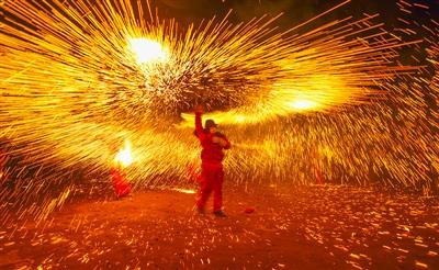 泸州叙永烧火龙打铁花上万游客齐闹元宵