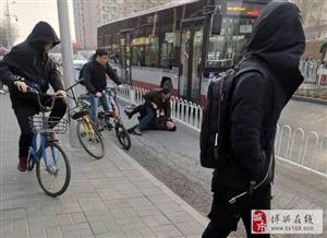 公交站牌遇到的一幕!简直惊呆我了,首都人民这素质?