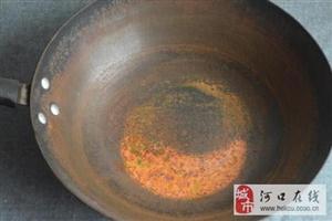 """铁锅总生锈怎么办,加一瓶""""饮料""""泡一泡,让铁锅一辈子不生锈!"""