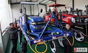 博兴农民选购植保无人机、自走式喷杆喷雾机等高科技智能化农机用于当前农业生产