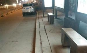 五路公交车博奥华城站点公交站牌路面损坏严重