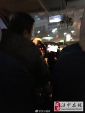 出租车司机边开车边玩游戏