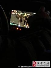 惊呆了出租车司机边开车,边用手机玩游戏