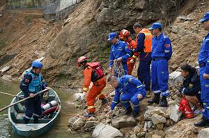 突发 | 南村小汽车坠入水库,多地多部门联合救援至凌晨!