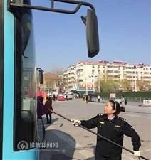 一辆城市公交车的清洁路