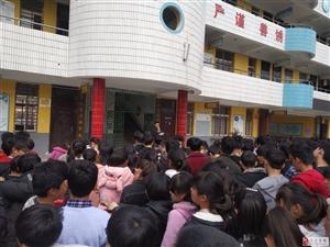临泉县杨桥镇七里学生对学生进行防震逃生演练
