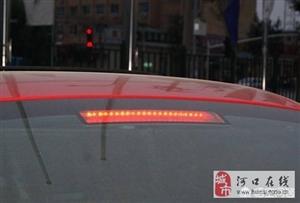 等红灯时,为什么有些人会一直踩着刹车?