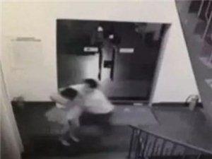 蓬溪城区发生掐脖威胁抢劫案抢后发现空钱包劫匪怒扔芝溪河