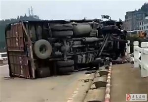 突发!寻乌澄江三桥一货车发生侧翻,护栏和桥墩严重损坏,货车严重变形!