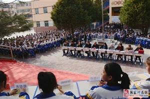 """龙山镇中学第十一届""""山菊杯""""学生辩论决赛:上演巅峰对决"""