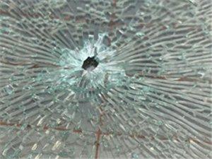 """惊恐!博兴某小区汽车惨遭袭击,车玻璃留下""""弹孔"""""""