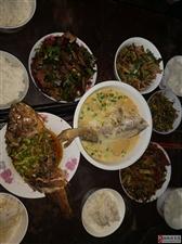每次回家,老妈都会从百忙之中为我们张罗一桌子的菜。真幸福