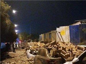 万科在建工地50米围墙倒塌 砸中8辆车